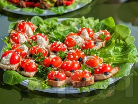 Детски сандвичи калинки с чери домати и крема сирене - снимка на рецептата